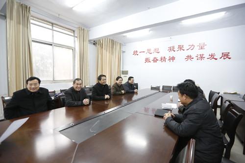 副校长蒋志民察看新学期教职工出勤2.jpg