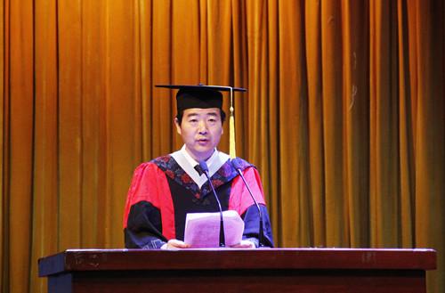 6月4日毕业典礼-陈向炜宣读决定.jpg
