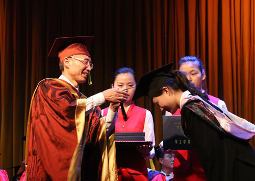 6月4日毕业典礼-校长曹奎授予学位.jpg