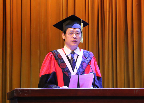 6月4日毕业典礼-许圣道宣读表彰优秀毕业生决定.jpg