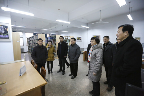 副校长蒋志民察看新学期教职工出勤1.jpg