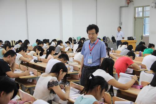 0630陈向炜副校长考试巡视img_7185_副本.jpg