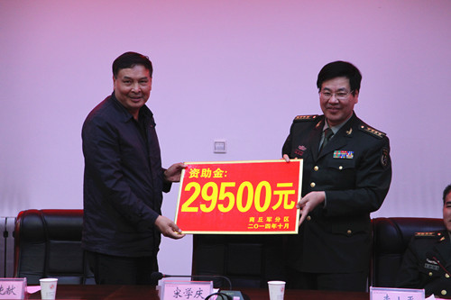1015刘书记接收捐资.jpg