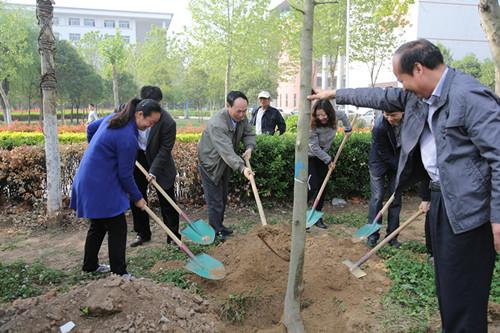 王瑞平参加校友林植树活动修改.jpg